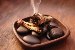 okadzanie-domu-kadzidlo-zapach